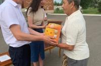 Торжественное вручение подарков жителям посёлка Ермаково, проживших в супружестве более 50 лет.